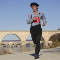 アーミッシュの服のままマラソン大会へ出場。3時間5分で走りきる